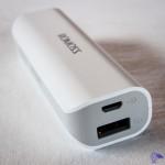 Prise de rechargement micro-USB entrée 5V / 1A et prise USB sortie 5V / 1A sur batterie de secours Romoss 2600mah