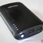 Prise entrée 5V micro-USB 1.5A et sortie USB 2.1A et USB 1A avec LED allumée sur TeckNet IEP390 9000mAh
